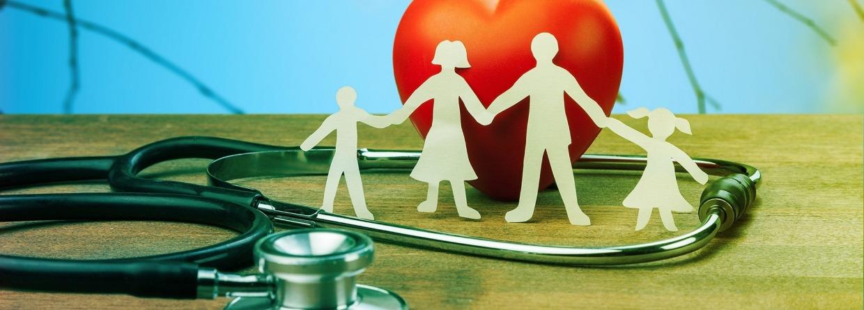 Medische Verzekering Concept Met Familie Uitsneden En Stethoscoop Op Houten Bureau, Prinsjesdag, Miljoenennota, Zorg