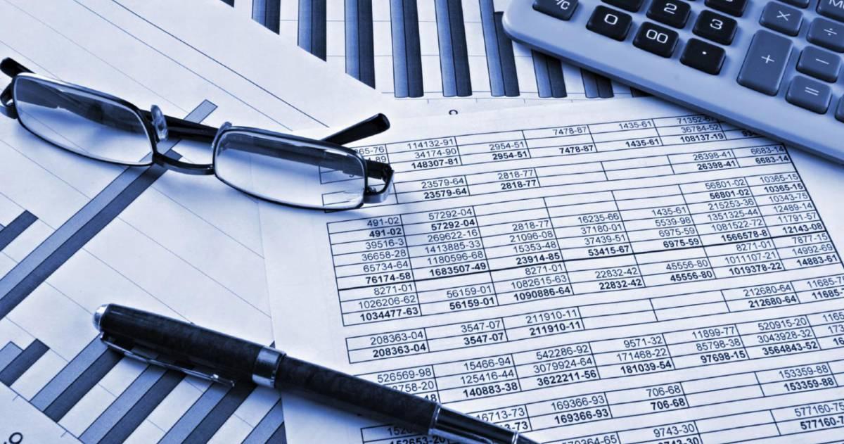 bril pen rekenmachine en wat papieren