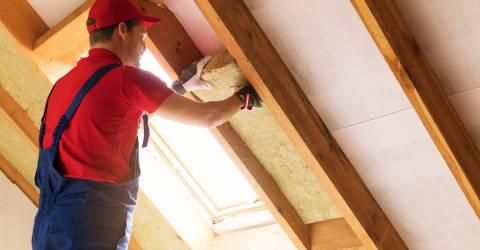 Bouwvakker isoleert het dak op zolder
